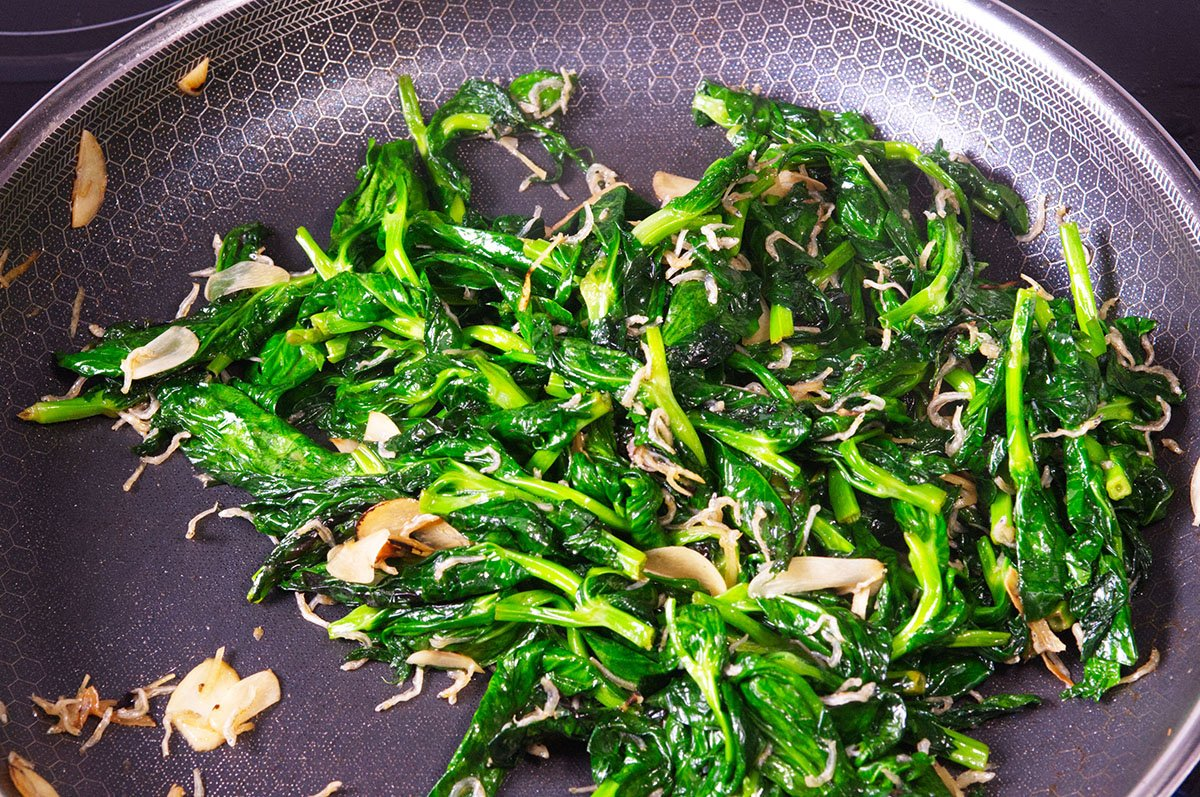 wilted stir fried pea shoots
